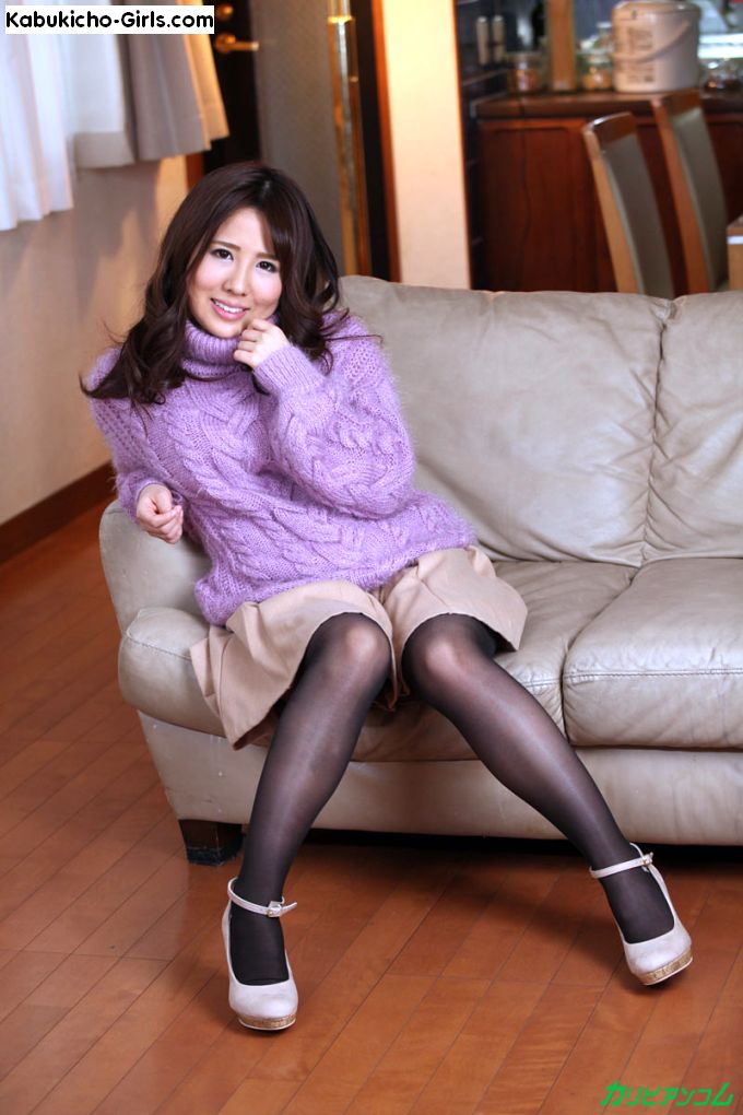 Yusa Minami, 美波ゆさ shows her sexy legs in black pantyhose and heels.