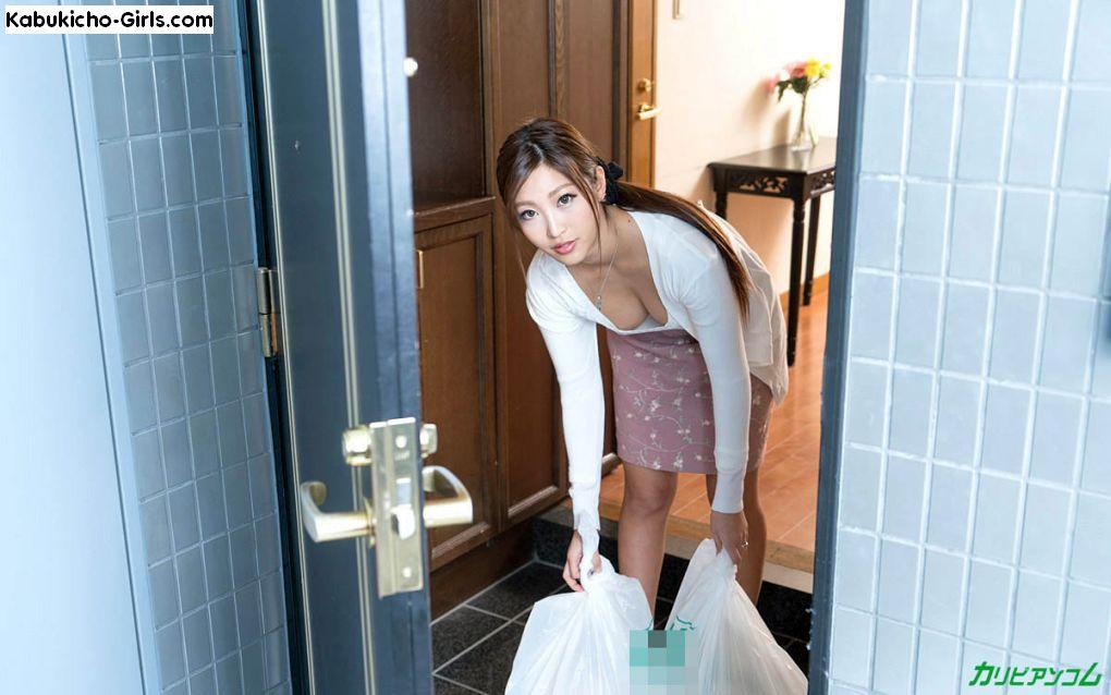 Emiri Momota, 百多えみり, not wearing a bra, Emiri takes out the trash.